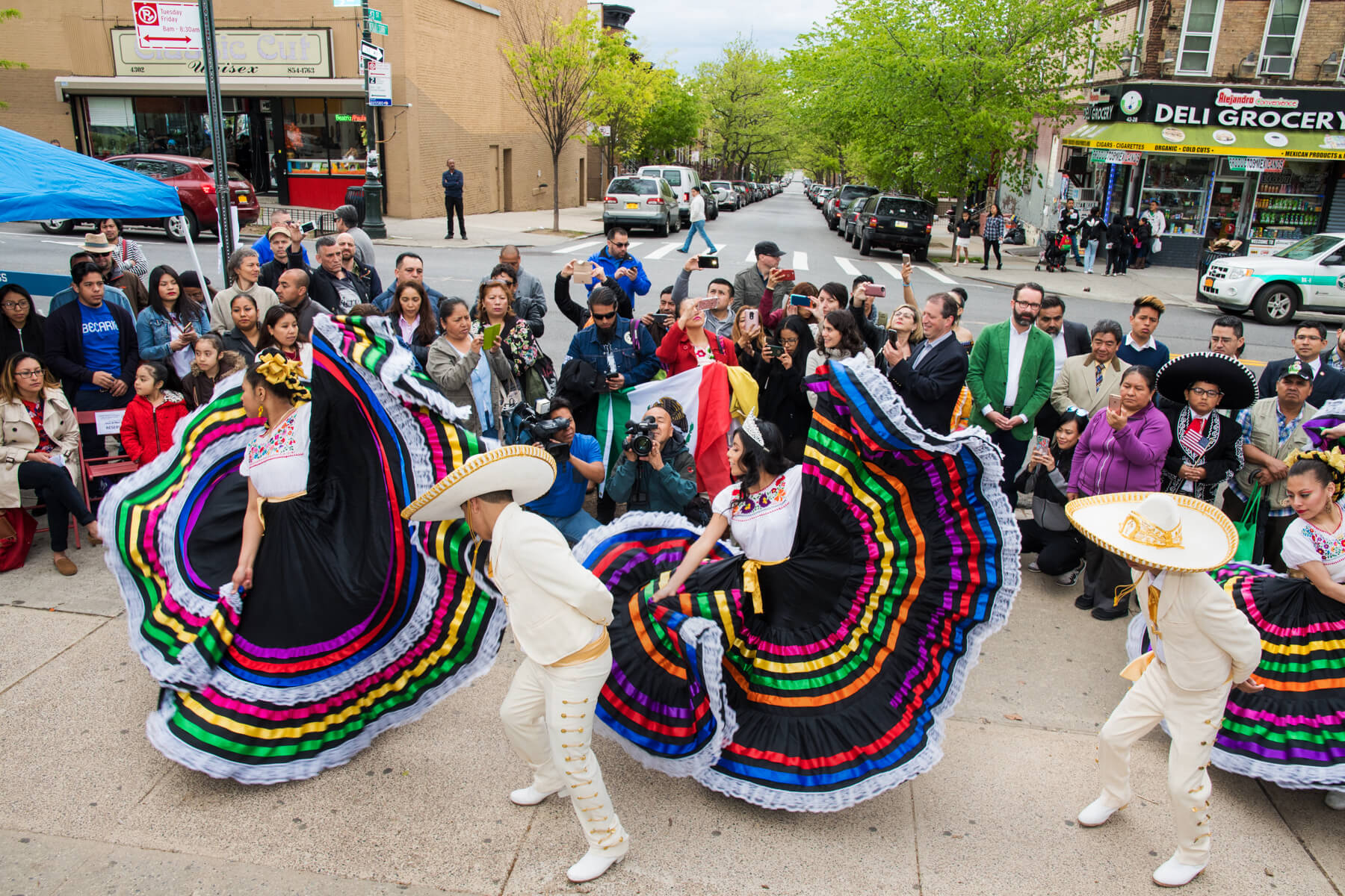 In Places Like Los Angeles And Chicago They Cele Te Cinco De Mayo By Putting Together These Big Parties Where They Have Mexican Food Music